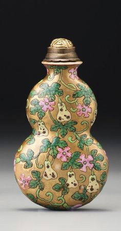 A FAMILLE-ROSE PORCELAIN GOLD-GROUND 'DOUBLE-GOURD' SNUFF BOTTLE QING DYNASTY, QIANLONG / JIAQING PERIOD #beautifulbottles
