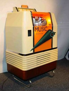 Jukebox, Radio Vintage, Rock And Roll, Dance Books, Music Machine, Good Music, Amazing Music, Art Deco Era, Electronics Gadgets