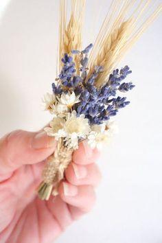 Boutonniere rústica en azul con trigo de MoonflowerNatureArt.