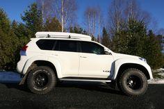 """NY Toyota Landcruiser Executive D4D Arctic Trucks 35"""" selges! -Dette er """"riktig"""" bil med perfekt farge- og utstyrskombinasjon! -Pure Pearl White perleeffekt med sort Executive skinninteriør med håndsydde, hvite sømmer! NB! Prisen er inklusive MVA, -MVA utgjør kr. 140.000,- Nettopris er 655.000,- Bilen leveres med 5 års garanti fra Toyota. Godkjent ombygget hos Arctic Trucks. Alt utstyr; -35"""" om..."""