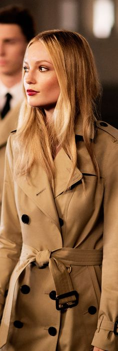 Burberry dancers in heritage trench coats Burberry Outfit, Burberry Trench Coat, Burberry Brit, Trench Coats, High Fashion, Winter Fashion, Style Me, Glamour, Style Inspiration
