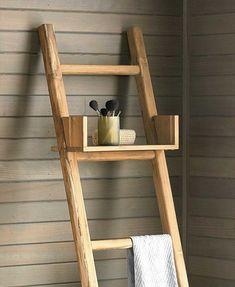 Escalera con estantería para el baño