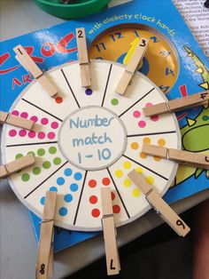 [Image Only] Number Matching Wheel using clothespins and stickers (pinned by Super Simple Songs) for matematika Numeracy Activities, Counting Activities, Preschool Learning Activities, Toddler Learning, Kindergarten Math, Classroom Activities, Early Learning, Toddler Activities, Preschool Activities