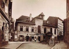 Zrušený kostel sv. Martina Ve Zdi byl využit pro obytné a obchodní prostory. Kolem r. 1905 byl regotizován. (Foto J. Eckert, kolem r. 1890)