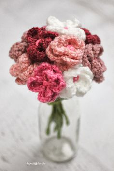 This would be such a sweet gift for Mother's Day! Repeat Crafter Me: Crochet Flower Bouquet #crochet #flower #tutorial