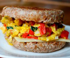 For an easy, healthy egg breakfast sandwich, try this one made with roasted peppers, basil, and mozzarella cheese. Healthy Egg Breakfast, Breakfast Sandwich Recipes, Healthy Breakfasts, Power Breakfast, Protein Breakfast, Aioli, Recipe Makeovers, Clean Eating, Healthy Eating