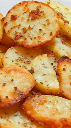 After slicing, rinse potatoes with water to remove a… Baked Garlic Potato Slices. After slicing, rinse potatoes with water to remove as much starch as possible so that they do not become soggy when baking. Think Food, I Love Food, Good Food, Yummy Food, Tasty, Delicious Snacks, Delicious Dishes, Side Dish Recipes, Veggie Recipes