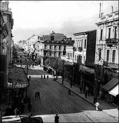 Γ Σεπτεμβρίου 6, 8, 10. Στο βάθος το κτήριο που υπήρχε στην γωνία Γ΄ Σεπτεμβρίου 20 & Χαλκοκονδύλη. Αθήνα 1950s. Αρχείο: Situasionist Kati