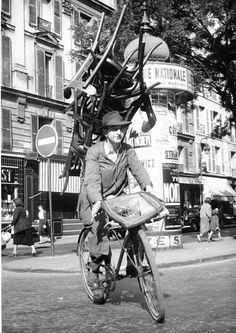 Paris 1954 Un reparateur de chaises (chair repair man)