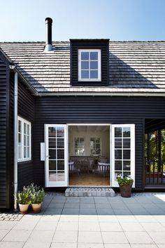exterior: black claps + white trim + patio - poshhome.info