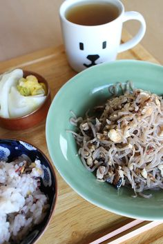 lunch on Sat. 21 Feb. 2015: fried Shirataki & crushed saury, pickled Chinese cabbage, rice added 10 kinds of grains and toasted Bancha tea