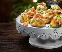Ugnsrostade småpotatisar med gravad lax och rom blir en läcker rätt till festbuffén eller julbordet. Toppa med tärnad lax, smetana, citron, gurka, dill och stenbitsrom.