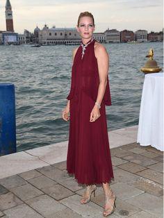スモーキーなプラムカラーを選んだユマ・サーマン。年齢にふさわしいマチュアなドレスに、ゴージャスな「ショパール」のジュエリーをプラスして、高級感満点! ドレス/ジェニー パッカムシューズ/ジミー チュウジュエリー/ショパール
