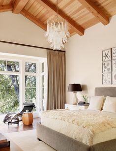 dormitorio moderno con techo de madera natural