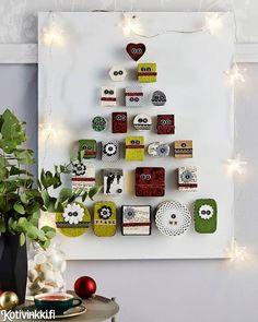 Ihanaa, pieni yllätys jokaiselle aamulle! Joulukalenteri syntyy näin: Päällystä pienet rasiat kuin ne olisivat paketteja ja kokoa ne kuusen muotoon puulevyn päälle. Katso jouluinen ohje!