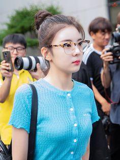 Photo album containing 11 pictures of Lia Kpop Girl Groups, Korean Girl Groups, Kpop Girls, K Pop, Fandom, Kpop Fashion, Airport Style, New Girl, K Idols
