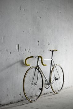 Yellow handlebars. Very nice looking fixie