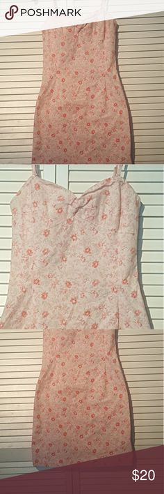 RALPH LAUREN NANTUCKET FLORAL DRESS 4 RALPH LAUREN BEAUTIFUL NANTUCKET FLORAL SPAGHETTI STRAP STRETCH SUN DRESS Size 4  This Beautiful Ralph Lauren Spaghetti strap sundress will have you looking stylishly chic and romantic. Pinks with green floral. This dress can take you anywhere and keep you looking cool and collected. The bodice is lined. Back zipper. Excellent used condition with no visable flaws Dress is sold as is Please ask any questions you like! Ralph Lauren Dresses