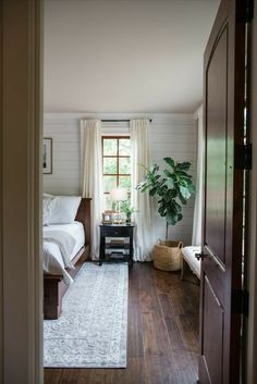 Browse bedroom decorating ideas and layouts. Discover bedroom ideas and design inspiration from a variety of bedrooms, including color, decor and theme options.