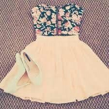 Mt lindo!! Top florido,saia rosa claro e salto branco básico!! Mt cute!!