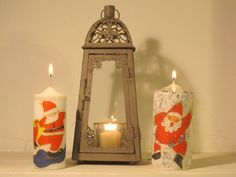 Velas decoradas con adornos de servilletas , cintas y purpurina Decoupage, Candle Sconces, Pillar Candles, Candle Holders, Wall Lights, Christmas Ornaments, Lighting, Crafts, Home Decor