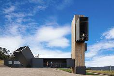 Situé en Tasmanie, Australie, ce nouveau bâtiment comprend une superbe tour qui offre une vue panoramique le vignoble du Devil's Yard.