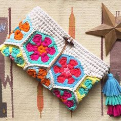 DIY Bag and Pursecrochelinhasagulh . DIY Bag and Purse Cute Crochet Free Bag Pattern Design Ideas and Images - Daily Crochet! Crochet Diy, Crochet Beard, Crochet Case, Bag Crochet, Crochet Shell Stitch, Crochet Clutch, Crochet Handbags, Crochet Purses, Love Crochet