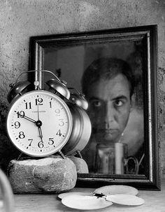 Abel Naím, 1961 Es en la Escuela de Teatro Ramón Zapata de Valencia, en 1979, donde inicia sus estudios de fotografía con Antonio José León.  En sus inicios como fotógrafo artístico indagó exhaustivamente en el autorretrato. Comenzó una investigación con el espejo que culmina con la serie Autorretratos y otros pasatiempos, premiada con el Segundo Premio Conac de Fotografía (1984).