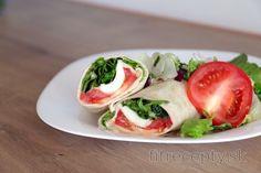 Wrap s humusom, paradajkou, syrom a šalátom Cottage Cheese, Caprese Salad, Fresh Rolls, Bon Appetit, Tofu, Wraps, Vegan, Fitness, Cooking