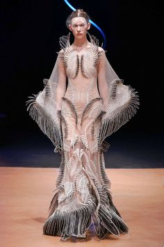 Iris Van Herpen Spring 2020 Couture collection fashion show photos from Paris Couture Fashion Week (Feb, Couture runway photos, models, couture collection Origami Fashion, 3d Fashion, Fashion Designer, Fashion Details, Couture Fashion, Runway Fashion, Designer Dresses, High Fashion, Fashion Show