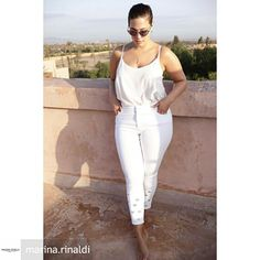 Ashley Graham in a white sleeveless top and white skinny jeans. Ashley Graham Outfits, Ashley Graham Style, Looks Plus Size, Plus Size Model, Curvy Girl Fashion, Plus Size Fashion, Petite Fashion, Curvy Outfits, Plus Size Outfits