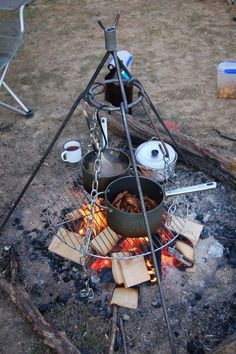 Use a camping tripod for cooking over a campfire. - Tracy - Use a camping tripod for cooking over a campfire. Use a camping tripod for cooking over a campfire. Auto Camping, Camping Glamping, Camping Survival, Camping Meals, Camping Hacks, Camping Outdoors, Bushcraft Camping, Camping Cooking, Camping Hammock