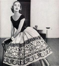 Принято считать, что мода 1950-х была самой изящной и очаровательной за всю историю ХХ века. Она подчеркивала женские изгибы и скрывала недостатки. Эталон красоты 1950-х – тонкая талия, пышная грудь, королевская осанка и покатые плечи. Женщина в модной одежде тех времен напоминала цветок – с пышной юбкой, на высоких каблуках и в нейлоновых чулках со швом.