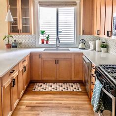 Before and After: Small Upgrades in a Kitchen with Wood Cabinets & Apartment Therapy Source by gablegal The post Before and After: Little Changes Made a Big Difference in This Kitchen appeared first on Rose Kitchen Countertops. Diy Kitchen Cabinets, Kitchen Redo, New Kitchen, Kitchen With Maple Cabinets, Kitchen Small, Light Oak Cabinets, Oak Kitchen Remodel, Honey Oak Cabinets, Kitchen Post