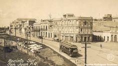Tranvía de la Porto Rico Railway, Light and Power subiendo por la Calle del Recinto Sur en el Viejo San Juan. La dirección del tranvía (subiendo la calle) indica que debe haber sido tomada entre 1900-1915, anterior al momento en que cambiaran la dirección de los tranvías.