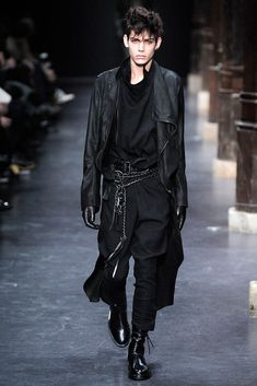black on black    this look is giving me everything. from head to fucking toe.