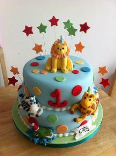 gâteau d'anniversaire pour bébé sur le thème de la jungle décoré d'animaux sauvages