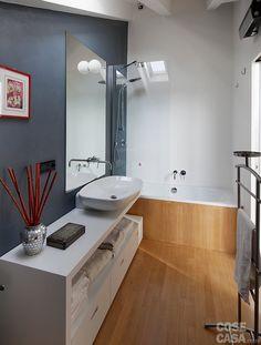 Nel bagno il rivestimento in legno del pavimento prosegue anche sul fianco esterno della vasca, sottolineando così la continuità tra la superficie orizzontale e quella verticale. #casa #cosedicasa #design #arredamento #arredamentocasa #arredocasa #home #house #bagno #bathroom