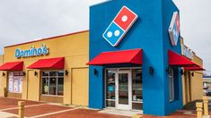 """Domino's introduces spaghetti and pineapple pizza Domino's has teamed up with food manufacturer Wattie's to launch a new limited-edition """"Hawaiian Spaghetti Pizza. Pizza Boxes, Domino's Pizza, Crust Pizza, Spaghetti Pizza, Pizza Chains, Pineapple Pizza, Fast Healthy Meals, New Fox, United States"""