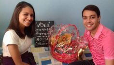 """De novo reenquadro apenas como detalhe. A união do casal é o que importa! Aliás acho que vou fazer uma parceria com alguma empresa que faz cestas de café chocolate essas coisas em Ubá; combina legal com meus quadros personalizados hein?! Interessados inbox.  // """"Você namoro porque moro no seu amor"""". _________ #diadosnamorados #valentines #namoro #sorte #casal #morada #casa #mensagem #frases #love #life #vida #design #amazing #amor #pensamentos #instadaily #poema #art #instagood #inspiration…"""