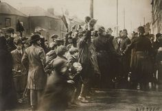 Underwood and Underwood. Mob of Irish Residents of Dublin Outside Mount Jay Prison Cheering the 104 Hunger Strikers. 6 x 9 x cm). The New York Times Collection. Ireland 1916, Dublin Ireland, Old Pictures, Old Photos, Scotland History, Michael Collins, Ireland Homes, Gelatin Silver Print, April 14