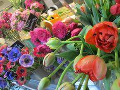Flowrs es una floristería ubicada en un puesto del Mercado de Antón Martín que ofrece flores de temporada, ramo verde y detalles especiales