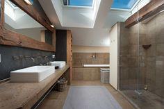 Immobilien Kitzbühel   Großzügiges Badezimmer Unter Dem Dach. Von Aussen  Ein Bauernhaus Mit Tradition, Von Innen Top Renoviert. Sieh Dir Die  Luxusimmobi