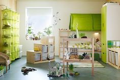 Blick auf das Kinderzimmer mit aufgemöbelten IKEA Möbeln, TROFAST Aufbewahrungskombi in Kiefer/Weiß und vielen Recyclingprojekten