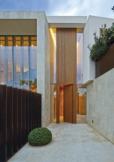 The access takes a rectangular shape vertically and at double height, formed by a strip of oak wood flanked by glass stripes - - Main Door Design, Entrance Design, Front Door Design, Modern Entrance Door, House Entrance, House Doors, Facade House, Dream Home Design, Modern House Design