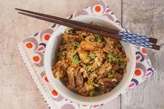 Khao Pad Kaï, riz sauté thaïlandais trop facile-2 cuisses de poulet ( bio pour moi) -2 bols de riz cuit froid (basmati) -1 échalote ou un petit oignon -1 c à soupe de sauce soja -1 c à soupe de Nuoc-mam ( sauce de poisson) -1 c à soupe de sauce Maggi -½ c à café de sucre -1 cm de gingembre pelé -1 tige d'oignon nouveau -1 oeuf