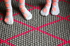 Egal ob mit Schuhen, Socken oder Barfuß: auf #Filzkugeln zu laufen fühlt sich gut an! Jeder #Filzkugelteppich ist ein #Unikat, das speziell nach Anfrage des Kunden direkt von unseren Handwerken komplett handgemacht wird. Natürlich mit hochwertigen Materialien und einer großen Auswahl an Farben und Mustern! Erfahren Sie mehr auf http://Sukhi.de