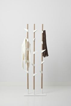 Cascando Bamboo - A unique coat stand in a natural look. With a steel base and hooks made of matt white plastic which can be easily adjusted.