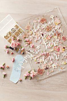 En DIY, som enhver blomsterelsker vil elske. Ingen værktøjer behøvede bare noget lim og masser og masser af blomster. Se hvordan man laver denne smukke DIY på Beijos Blog. Real Flowers, Diy Flowers, Arte Shiva, Resin Crafts, Diy Crafts, Chip Art, Pressed Flower Art, Art Mural, Blog