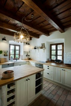 Do You Need Ideas For Rustic Kitchen In Your Home? Cosy Kitchen, Kitchen Redo, Kitchen Remodel, Rustic Country Kitchens, Rustic Kitchen Design, Log Home Kitchens, Bungalow Kitchen, Kitchen Stories, Cabin Interiors